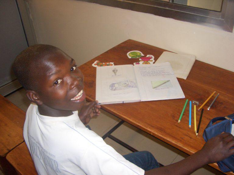 Alle kinderen gaan naar de lokale basisschool, waar ze samen met de kinderen uit de buurt leren lezen, schrijven en rekenen.