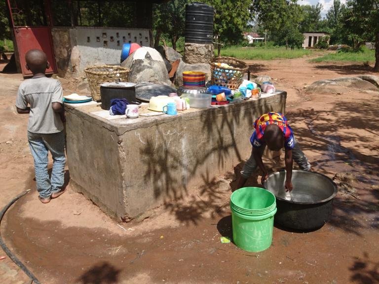 Iedereen heeft zo zijn taken binnen Upendo Daima. De afwas doen voor 50 kinderen is een hele klus!