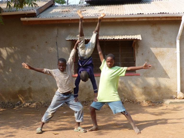 Acrobatiek is niet alleen leuk om te doen. Het helpt de jongens ook in het opbouwen van het vertrouwen in zichzelf en in anderen.