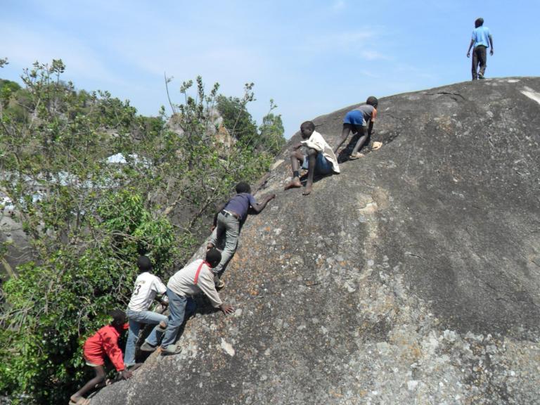Lekker klimmen op de rotsen is een leuk en spannend uitje. En nog belangrijker: ze leren samenwerken om de top te kunnen bereiken.